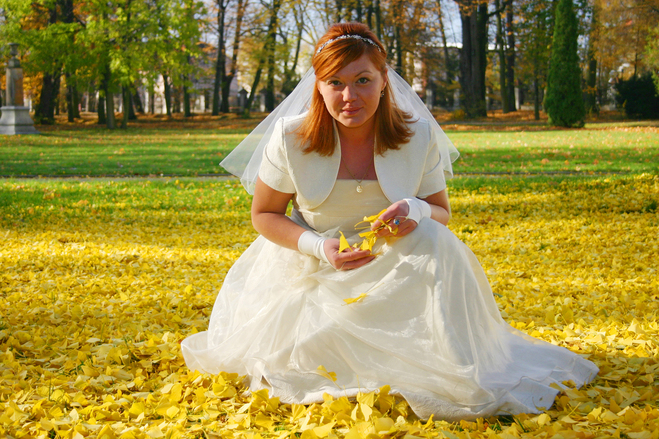 bride-in-autumn-park-1-1439450